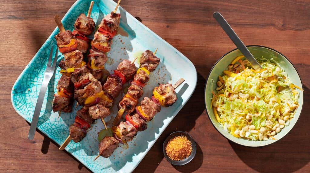 Brochettes de viande et salade de crudité - Épices Fuchs