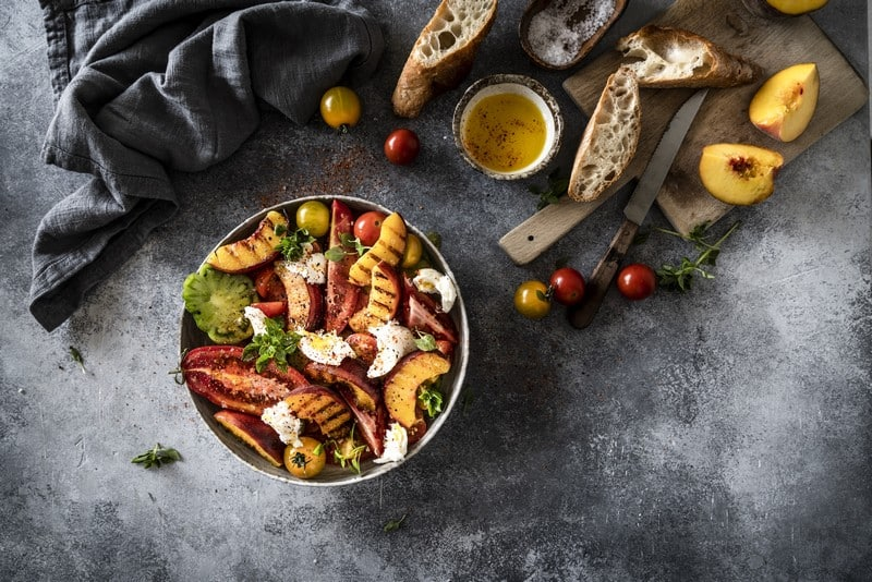 Salade de tomates et pêches grillées