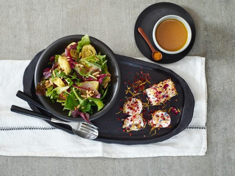Salade au fromage de chèvre enrobé de fleurs